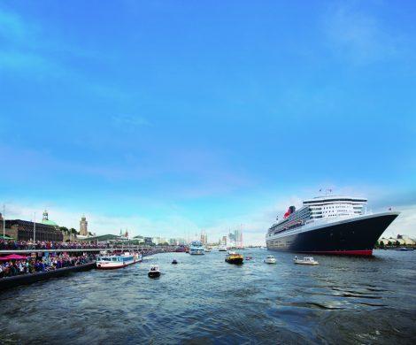Die Queen Mary 2 macht eine Hafenrundfahrt in Hamburg