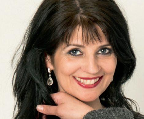 Die Sopranistin Arndis Halla war ein gefeierter Opernstar und Hauptstimme der erfolgreichsten Show Europas. Heute zeigt sie Passagieren von Iceland Pro Cruises während einer einzigartigen Island-Umrundung die Geheimnisse ihrer Heimat.