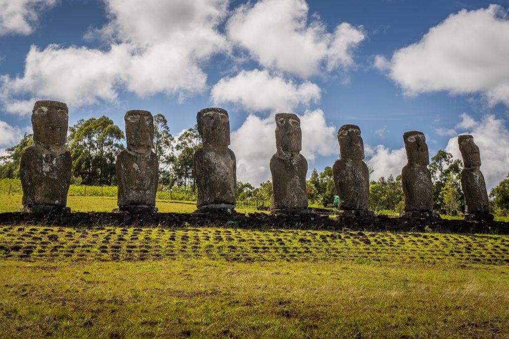 mitten im Südpazifik, rund 3.500 Kilometer vom chilenischen Festland entfernt. Und doch zieht das einsame Eiland viele Touristen an, denn die Kultur der Osterinsel ist einzigartig und spektakulär.