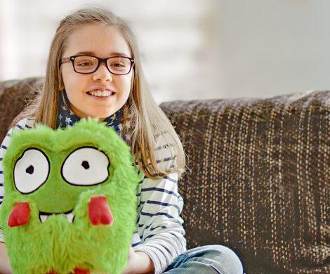 Erfinderin Anna-Lina (10 Jahre) aus Magdeburg mit ihrem Zottel