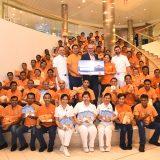 """AIDA unterstützt das philippinische SOS-Kinderdorf Iloilo mit Verkaufserlösen seines """"Handtuch-Origami"""" Buches in Höhe von 6.000 Euro. Bereits seit mehr als zehn Jahren unterstützt AIDA Cruises die Arbeit von SOS-Kinderdorf in weltweiten Projekten für benachteiligte Kinder."""