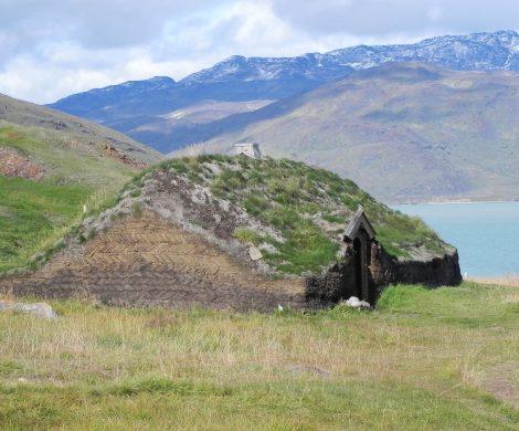 Einfachste Erdhügel bildeten anfangs primitive Behausungen