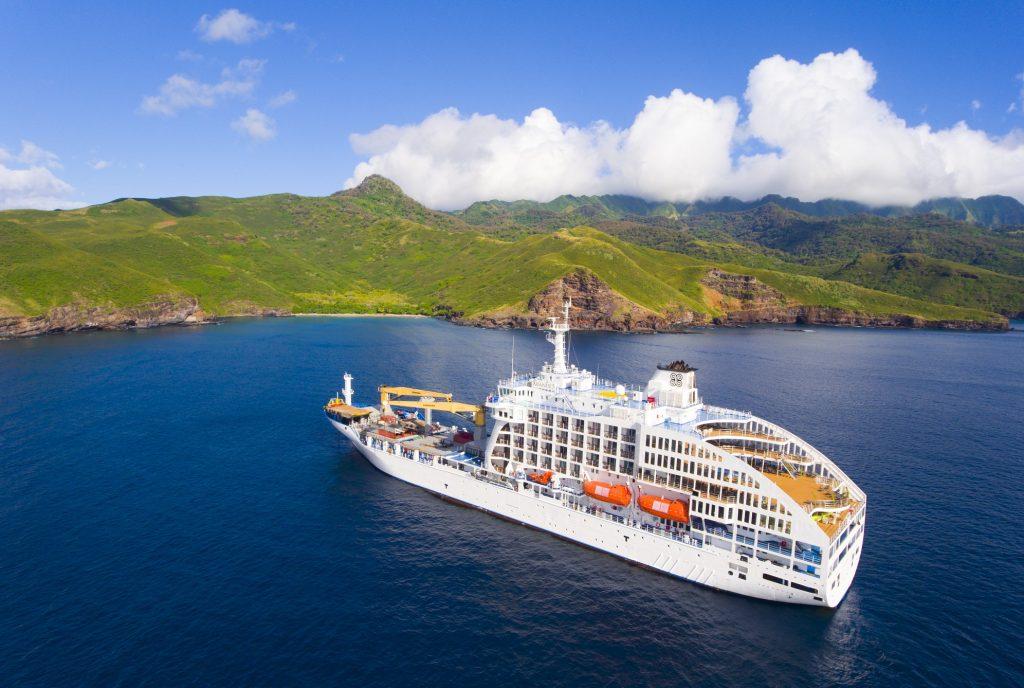 Die Aranui 5, die ganzjährig Fracht und Kreuzfahrttouristen von Tahiti zu den Marquesas-Inseln bringt, begibt sich in 2019 bei zwei Sonderreisen auf die Spuren der Meuterer der legendären Bounty. Ziel ist die entlegene Südseeinsel Pitcairn