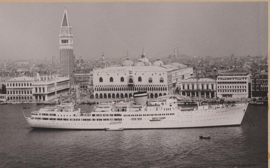 Geschichte der Ariadne, die als erstes Hapag-Schiff nach dem 2. Weltkrieg wieder regelmäßige Kreuzfahrten aufnahm. Doch damit war es schon schnell wieder vorbei.