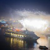 """AIDAcara kehrte von der ersten Weltreise in der AIDA Geschichte in ihren """"Heimathafen"""" Hamburg zurück. Von hier aus hieß es am 17. Oktober 2017 """"Leinen los"""" zur 116-tägigen Reise um die Welt mit rund 1.100 Gästen an Bord.Mehrere Begleitschiffe mit Verwandten und Bekannten der Weltreisenden fuhren in den frühen Morgenstunden dem Schiff auf der Elbe entgegen und nahmen es feierlich mit einem Feuerwerk in Empfang"""