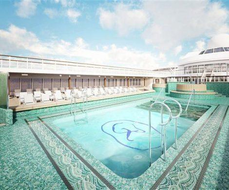 Der Pool mit Mosaikboden und breitem Liegebereich im seichten Wasser