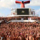 """Das Big Nude Boat (auf Deutsch """"das große Nacktschiff"""") – ist mit rund 2.800 Nackten an Bord von Miami aus in See gestochen. Ziel der Reise des US-amerikanischen Veranstalters Bare Necessities mit dem Motto """"See you in Bare-adise"""" mit der Carnival Victory"""" ist die Karibik. Dress Code: Adamskostüm."""