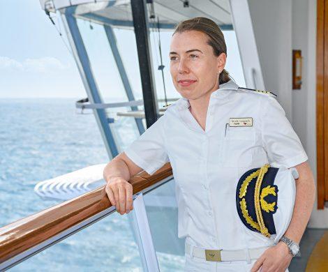 Bei AIDA übernimmt erstmals ein weiblicher Kapitän die Verantwortung für ein Kreuzfahrtschiff: Ab sofort übernimmt Nicole Langosch (34) das Kommando auf AIDAsol. Damit ist sie die erste Frau in der Position des Kapitäns in der AIDA Flotte und die ranghöchste Frau auf einem Kreuzfahrtschiff in Deutschland.