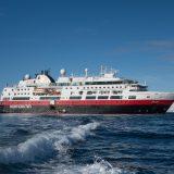 Hurtigruten wird ab 2021 nicht mehr allein auf der traditionellen Route entlang der norwegischen Küste unterwegs sein. Hurtigruten verkehrt seit 1893 im Liniendienst an der norwegischen Fjordküste, um die kleinen Orte am Meer zu versorgen. Die norwegische Regierung hat nun beschlossen, die Strecke zwischen Bergen und Kirkenes auf zwei Unternehmen aufzuteilen.