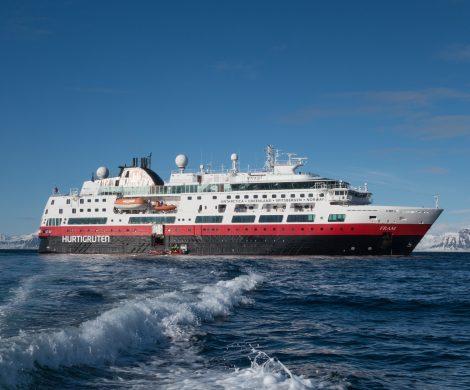 Die Reederei Hurtigruten setzt auf umweltfreundliches LNG und rüstet einen Großteil ihrer Flotte auf den Antrieb mit Flüssiggas um. Die Vereinbarung mit dem Motorenhersteller Rolls Royce Marine umfasst die Ausrüstung von sechs Hurtigruten Schiffen mit LNG-Motoren sowie elektrischen Batteriesystemen.