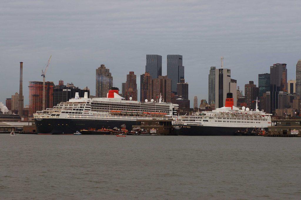Die Queen Mary 2 wird heute in Dubai festmachen und somit Teil der Feierlichkeiten bei der Hoteleröffnung der Queen Elizabeth 2. Zum Soft Opening des ehemaligen Kreuzfahrtschiffs Queen Elizabeth 2 der Reederei Cunard Line als Hotel in Dubai begrüßt die Stadt das derzeitige Cunard Flaggschiff, die Queen Mary 2.