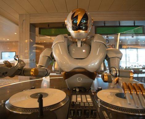 Roboter als Barmixer und digitale Assistenten gibt es bereits auf Schiffen, aber ein Roboter als DJ wie auf der neuen Mein Schiff 1 ist eine Weltneuheit auf See. Der neue Gastgeber der Großen Freiheit an Bord der neuen Mein Schiff 1 heißt DJ Rob.