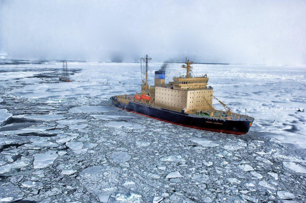 Die EU, Kanada, China, Japan, Südkorea, Russland und die USA haben ein Abkommen unterzeichnet, das ein Fischereiverbot in der 2,8 Millionen Quadratmeter großen Zone um den Nordpol für die nächsten 16 Jahre beinhaltet. Das Fischereiverbot betrifft den Arktischen Ozean außerhalb der 200 Seemeilenzone der Küstenstaaten
