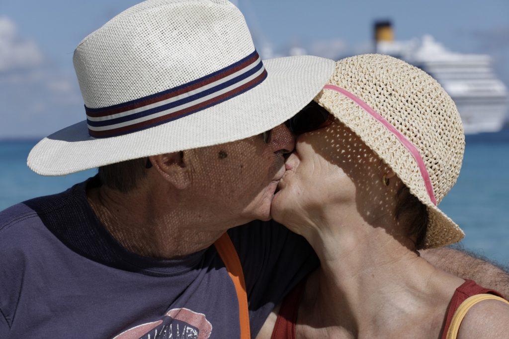 Costa Crociere präsentiert zum 70. Geburtstag des Unternehmens vom 6. Juli bis zum 14. Oktober im Palazzo Ducale in Genua eine große Fotoausstellung des italienischen Starfotografen Oliviero Toscani zum Thema Glück. Zu sehen sind mehr als 100 Fotos, die das Reiseglück von Gästen an Bord der Costa Pacifica festhalten.