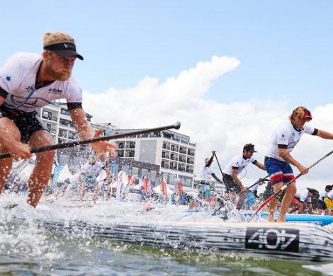 Von Freitag, 29. Juni, bis Sonntag, 1. Juli, wird der Mercedes-Benz SUP World Cup bereits zum dritten Mal hintereinander in Scharbeutz ausgetragen. Neben den besten Athleten der Welt steigen auch Hobby-Sportler, Firmen-Teams und Promis in der Lübecker Bucht auf das Board.
