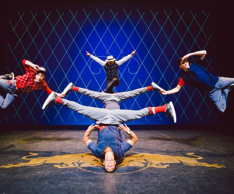 """In einer einzigartigen Performance trifft Breakdance auf klassische Musik und verzaubert die Gäste an Bord der EUROPA 2. Die international bekannte Tanzgruppe """"Flying Steps"""" tritt zum ersten Mal mit ihrer dynamischen Show """"Flying Bach"""" an Bord des Luxusschiffes auf"""