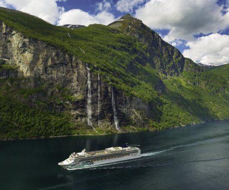 Die Norwegian Jade nutzt in diesem Sommer Hamburg als Abfahrtshafen. Ab den Terminals in Steinwerder beziehungsweise Altona bricht sie zu insgesamt sechs Abfahrten in Richtung Norden auf.