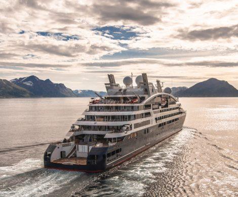 Das erste Schiff der neuen Ponant-Explorers-Serie, die Le Lapérouse, wurde im Rahmen einer feierlichen Zeremonie im Hafen von Hafnarfjörður getauft. Taufpatin war Maryvonne Pinault, Ehefrau des französischen Unternehmers und Kunstsammlers François Pinault.