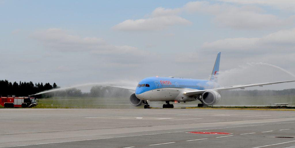Erstmals landeten Kreuzfahrer von Costa mit einem Dreamliner (Boeing 787) der Fluggesellschaft NEOS aus Mailand in Rostock-Laage.