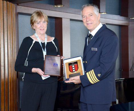 Die MS BERLIN hat zum ersten Mal unter der Flagge von FTI Cruises in Amsterdam angelegt. Das Schiff lag auch auf Reede auf Borkum, ebenfalls ein Erstanlauf