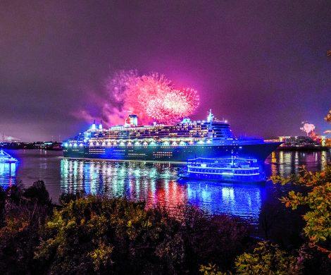 Am Sonntag wird der Hamburger Hafen wieder in blau erstrahlen. Zum zehnten Mal findet am 12. August der Blue Port statt - wieder mit der Queen Mary 2.