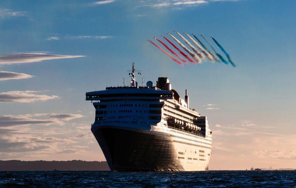 Alle drei Cunard Queens liefen in Southampton gemeinsam aus und wurden von einer spektakulären Flug-Show der RAF Red Arrows begleitet.