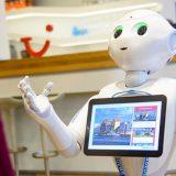 TUI hat einen humanoiden Roboter als regulären Mitarbeiter eingestellt: Pepper 2E arbeitet als Assistent im neuem Team für Data Analytics.