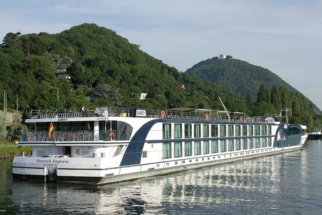 Internationale Rechtsextreme bieten jetzt eine Flusskreuzfahrt auf der Donau von Regensburg nach Budapest mit Galionsfiguren der Szene an