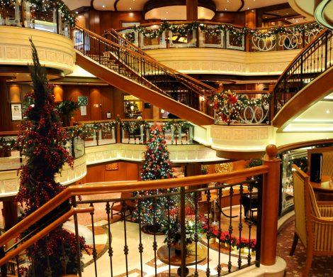 Oceania Cruises putzt seine Kreuzfahrtschiffe für Weihnachten festlich heraus. Gäste können sich auf weihnachtliche Dekoration und festliche Menüs freuen.