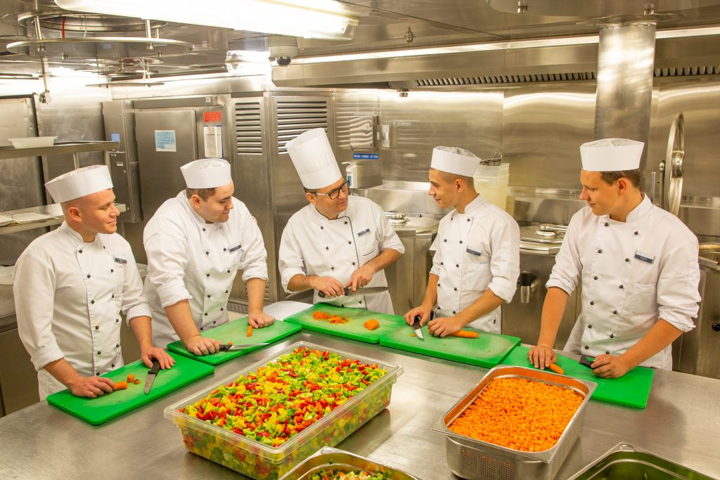 Erstmalig bietet sea chefs in Kooperation mit der Wirtschaftsförderung Tirol eine Kochausbildung auf dem Meer an, an Bord der Mein Schiff Flotte an.