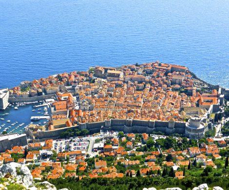 In Dubrovnik dürfen ab der Saison 2019 nur noch zwei Kreuzfahrtschiffe pro Tag anlegen., die Zahl der Touristen wird auf 5.000 beschränkt