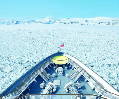Die faszinierende Welt der Arktis entdecken die Gäste der HANSEATICnature im Spätsommer 2019 sogar jenseits des Nordpolarkreis