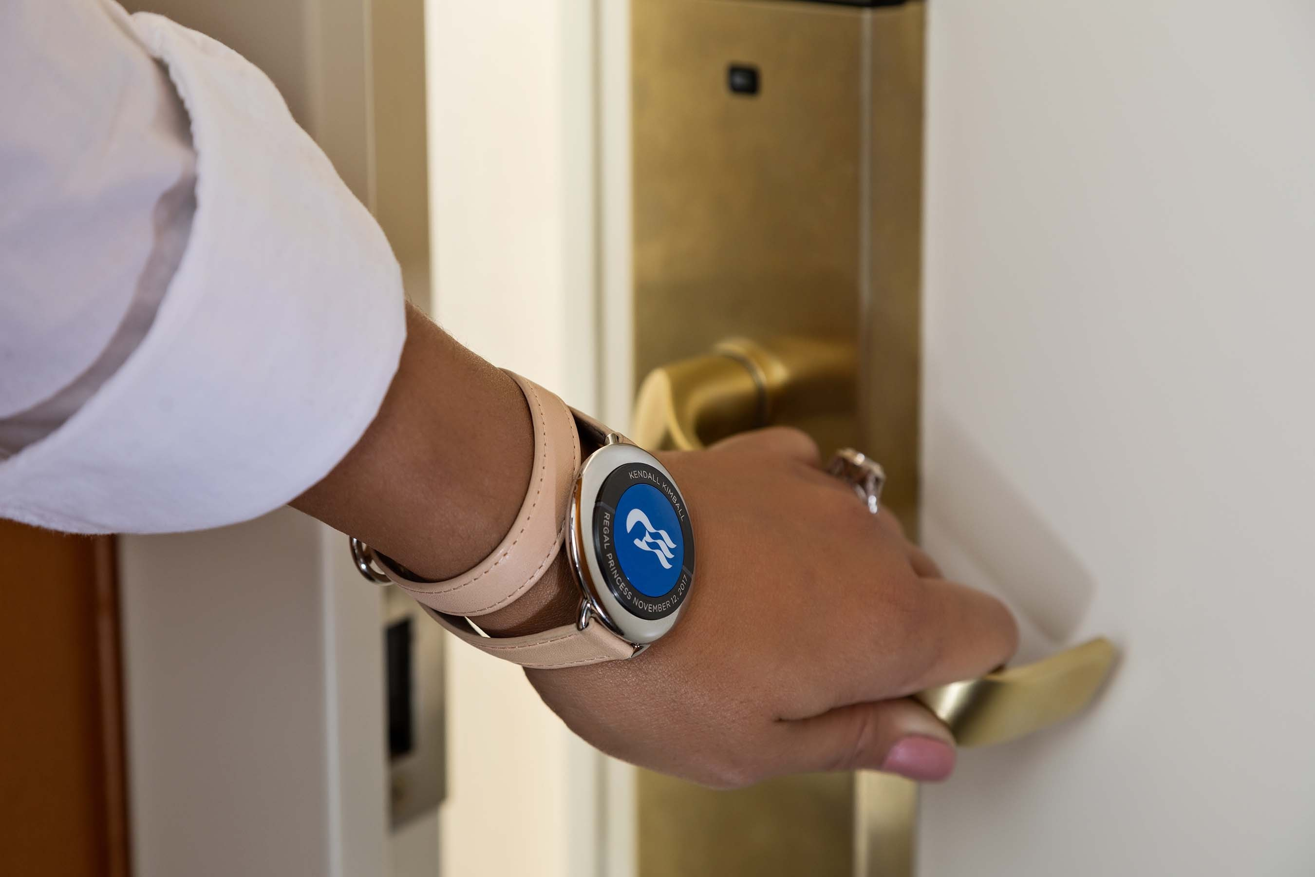 Der Smart Chip soll Passagieren die Kreuzfahrt erleichtern: schneller einchecken, Türen öffnen, bestellen, zahlen - und stets geortet werden.
