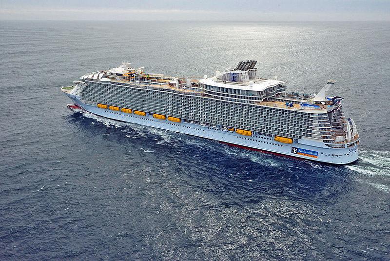 """Royal Caribbean hat einem Passagier ein lebenslanges Kreuzfahrtverbot erteilt. Der 27-jährige war betrunken vom elften Deck der """"Symphony of the Seas"""" gesprungen"""