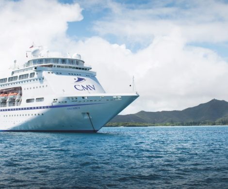 Mit der MS Columbus geht es auf die günstigste Weltreise auf einem Kreuzfahrtschiff: Die 120-tägige Reise ist bereits unter 10.000 Euro pro Person buchbar.