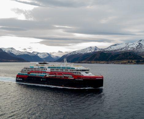 Der Hurtigruten Neubau MS Roald Amundsen hat seine ersten Testfahrten in den Fjorden an der Westküste Norwegens absolviert. Das weltweit erste hybridbetriebene Kreuzfahrtschiff fuhr in den Gewässern vor der Kleven Werft in Ulsteinvik, Norwegen, zahlreiche Manöver