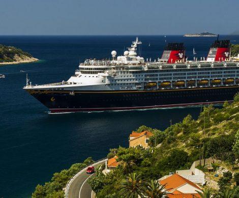 Im Sommer 2020 wird Disney Cruise Line wieder im Mittelmeer unterwegs sein, fünf neue Häfen in Europa stehen auf dem Programm. Nach fünf Jahren Pause wird die Disney Magic erstmals ab Rom wieder griechische Häfen ansteuern.