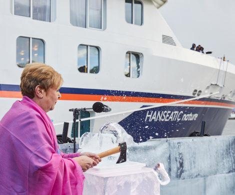 Hapag-Lloyd Cruises hat mit der Hanseatic nature das erste Schiff der neuen Expeditionsklasse im Hamburger Hafen mit allen Mitarbeitern getauft
