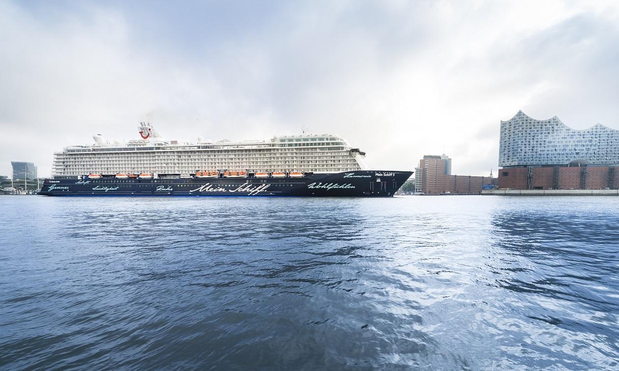 Medizinischer Notfall auf der Mein Schiff 5: Ein Hubschrauber holte einen erkrankten Passagier von Bord.
