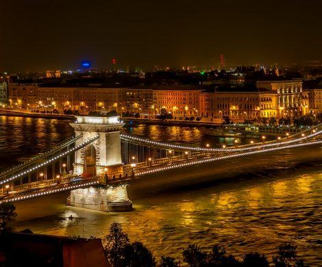In Budapest hat es bei einem Unfall mit einem Flusskreuzfahrtschiff auf der Donau mindestens sieben Tote gegeben, 21 Menschen werden noch vermisst.