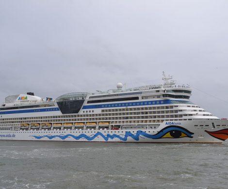 Wegen eines Notfalls an Bord hat die Aidaluna kurz nach dem Auslaufen in Kiel wenden müssen, ein Rettungskreuzer holte eine erkrankte Passagierin ab