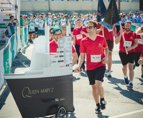 Kilometerweit ging es für das Cunard-Team beim Hamburg Commercial Bank Run mit der Queen Mary 2 zum Spendenlauf durch die HafenCity.