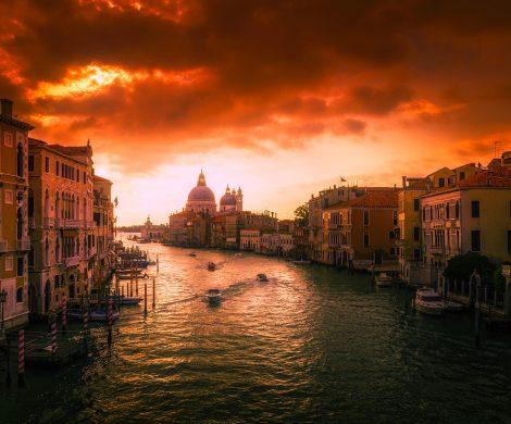 Die MSC Opera hat in Venedig eine Anlegestelle gerammt und stieß mit einem Ausflugsboot zusammen. Nach Medienberichten wurden mehrere Menschen verletzt