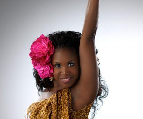 """Lets Dance: in diesem Jahr bittet AIDA Cruises Gäste im Rahmen der kulturellen Themenreisen zum Tanz. Auf AIDAbella erleben die Gäste der Weihnachts- und Silvesterreise ein mitreißendes Showprogramm von Lets Dance Star Motsbi Mabuse und ihren Tanzpartnern. """""""