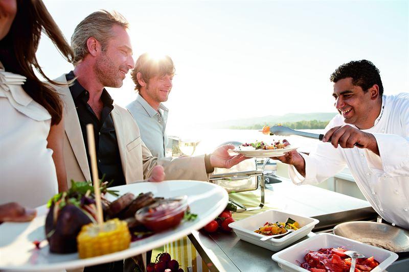 """Eine neue Gourmetreise bietet A-ROSA an: Mit der """"Donau Wein & Genuss"""" gibt es nun auch auf dem zweitlängsten Fluss Europas eine der Verwöhnrouten."""