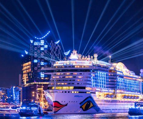 AIDAperla wird die große Hamburg Cruise Days Parade anführen. Gegen 21:15 Uhr laufen die majestätischen Schiffe mit imposantem Feuerwerk aus