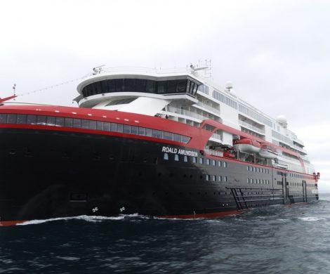 Nun ist die MS Roald Amundsen von Hurtigruten endlich in Fahrt: nach mehrfachen Verschiebungen, unter anderem wurde auch eine Jungfernfahrt ab Hamburg abgesagt, verließ das hybridbetriebene Expeditionsschiff die Werft