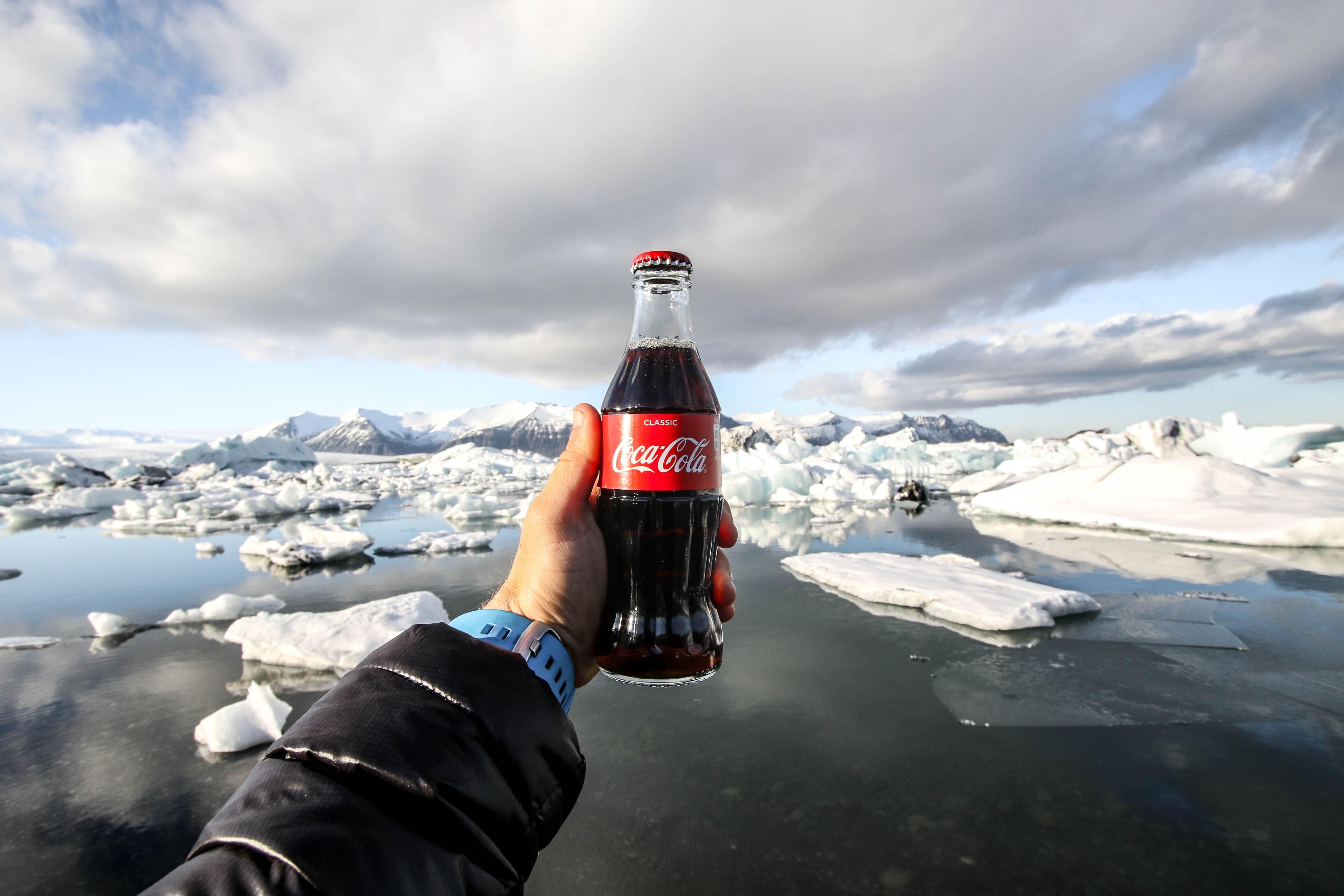 Auf vielfachen Wunsch der Gäste bietet AIDA Cruises in Zukunft Coca Cola-Produkte an. Dadurch wird den Gästen eine hohe Qualität und mehr Vielfalt angeboten z.B. durch zusätzliche Zero-Produkte. Ab sofort erhalten die Schiffe von AIDA Cruises auch eine neue Barkarte. Das Getränkeangebot mit vielen neuen Erfrischungen, Cocktails und Longdrinks wird sukzessive an Bord der AIDA Flotte umgestellt.