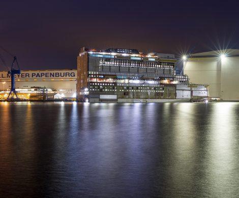 Gibt es zukünftig Polizeischutz für Emsüberführungen von Kreuzfahrtschiffen? Die Emsüberführung der Norwegian Encore wurde von viel Polizei begleitet.