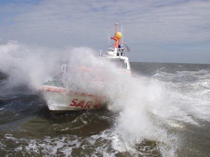 Die Seenotretter der DGzRS haben in den ersten zehn Monaten dieses Jahres fast doppelt so viele Menschen aus akuter Seenot gerettet wie im Vorjahr.